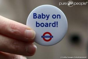 Kate Middleton visita metrô de Londres e ganha botton para gestantes